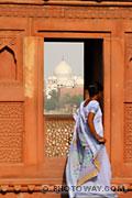 Photo d'une jeune femme indienne et du Taj Mahal