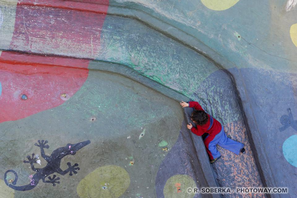 toboggan et enfant chilien en train de jouer