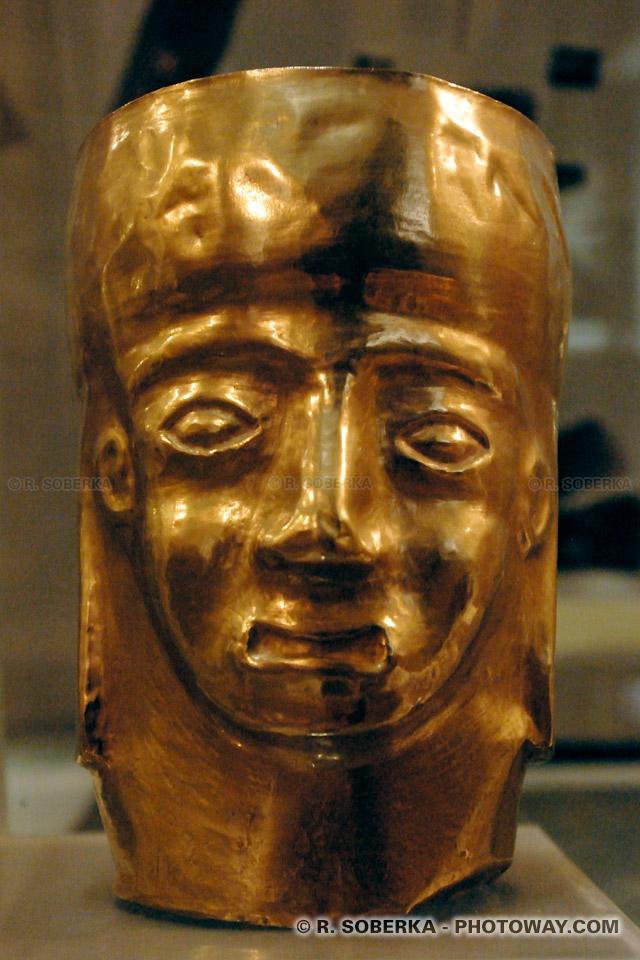 Photo d'une statue en or dans la salle aux trésors du musée de San Pedro