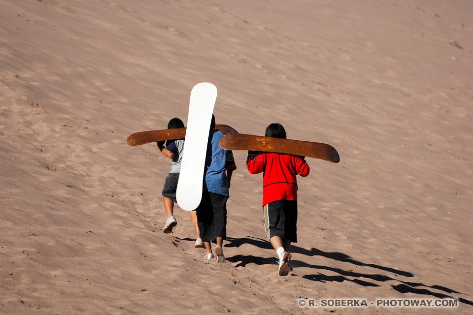 jeunes Chilien surfeurs et image planches de surf