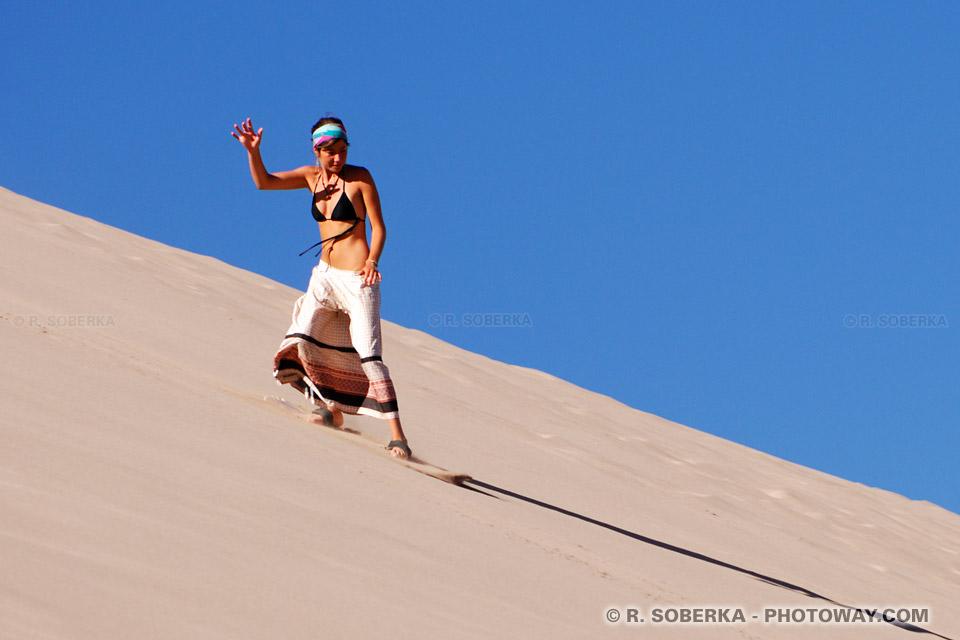 Surf dans le désert - surfeuse dans les dunes du Chili