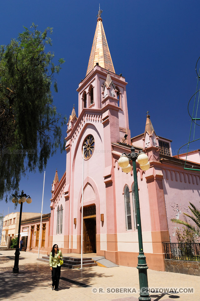 Photo de l'église colorée - ville de Calama Chili