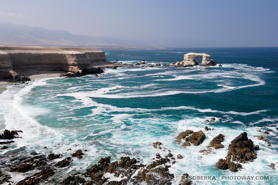 falaises et océan Pacifque à Antofagasta au nord du Chili