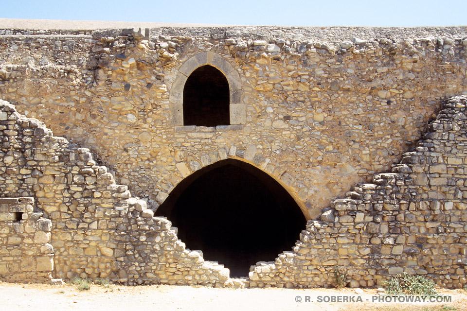 Images et Photos de murailles de châteaux photo muraille du moyen âge Chypre