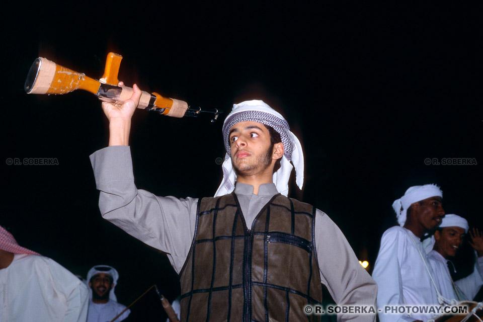 Image photos d'armes factices photo d'une arme factice et soldat arabe