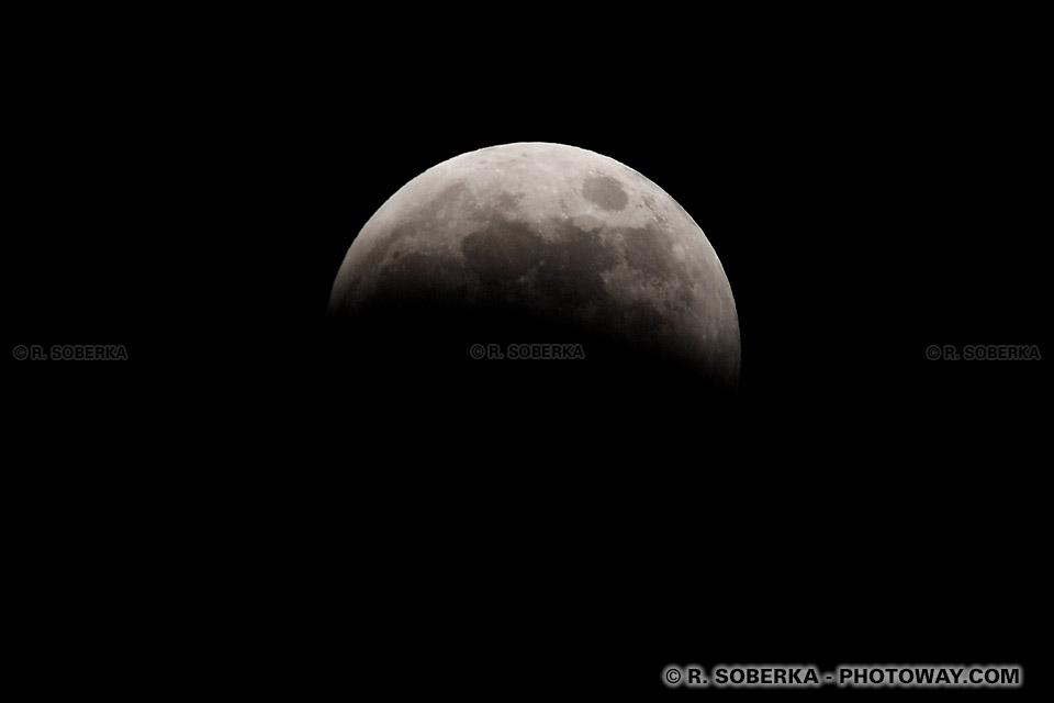 Photo de l'ombre de la Terre faite sur la Lune Photos partie cachée dans l'ombre