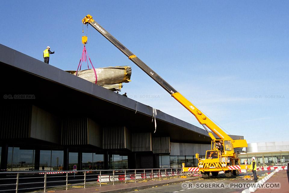 Photo d'une grue soulevant un toit de 5 tonnes