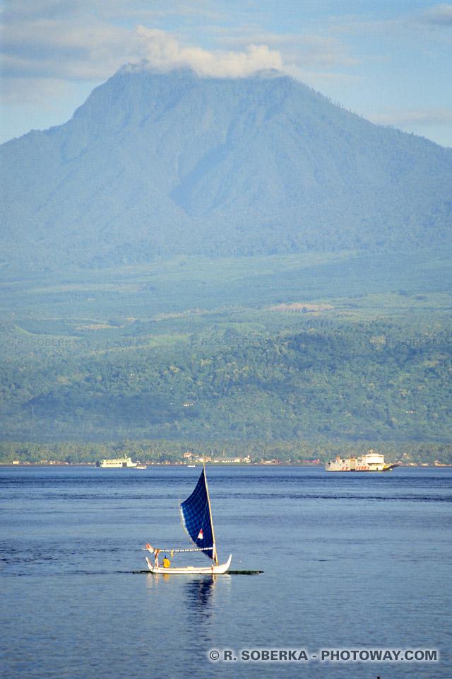 photo d'une yole dans le détroit de Bali en Indonésie