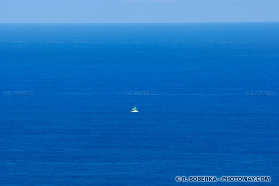 Yole de pêcheurs sur la mer