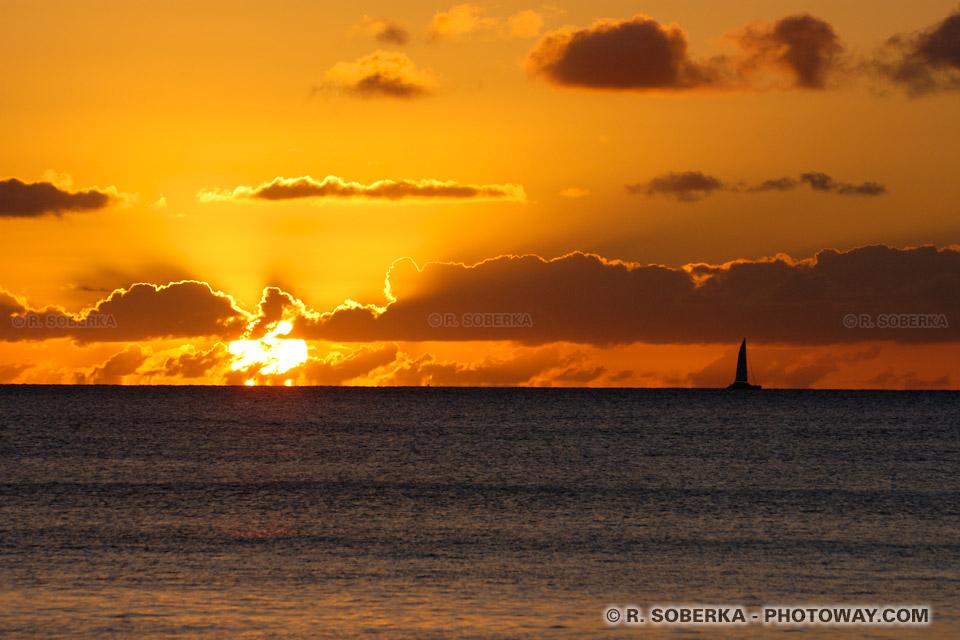 voilier sur l'horizon au coucher de soleil photo en Martinique