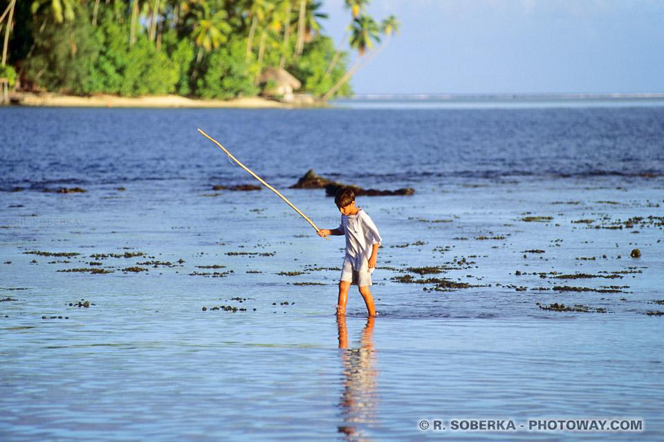 Photos d'un pêcheur Tahitien photo du lagon de Papeari à Tahiti