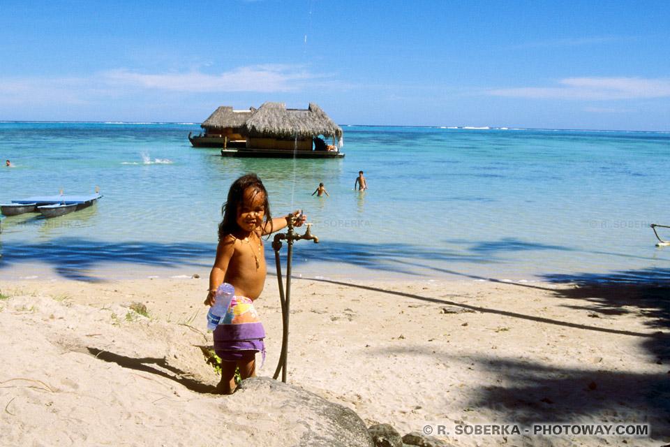 Photos d'une petite vahiné photo dans un lagon de Moorea à Tahiti