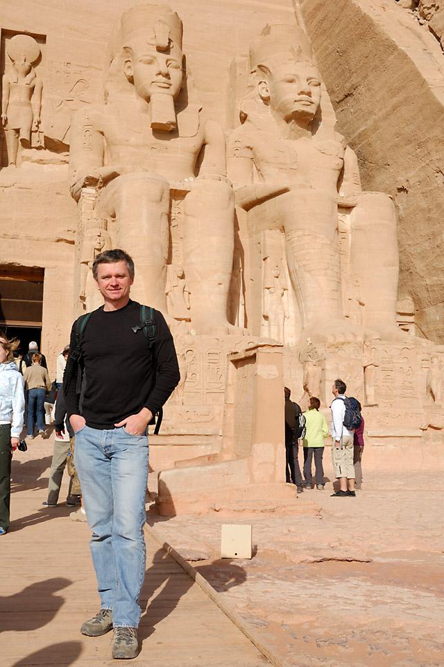 Richard Soberka devant le temple d'Abou Simbel en Egypte