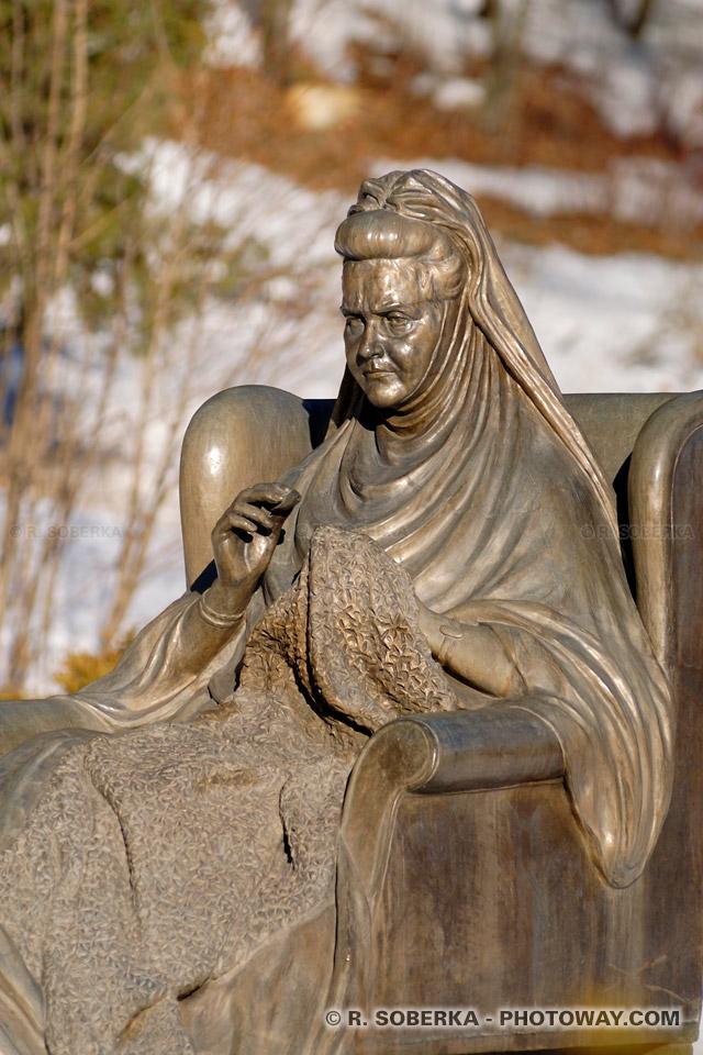 Image Photo statues photo dans le parc du chateau de Peles en Roumanie