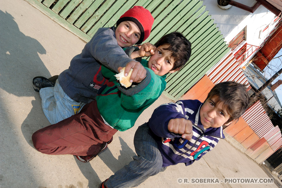 Photos d'enfants tziganes en roumanie - voyage en roumanie