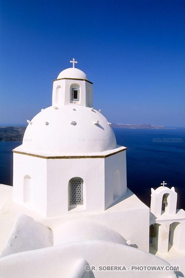 Eglise blanche en contraste avec bleu méditerranée