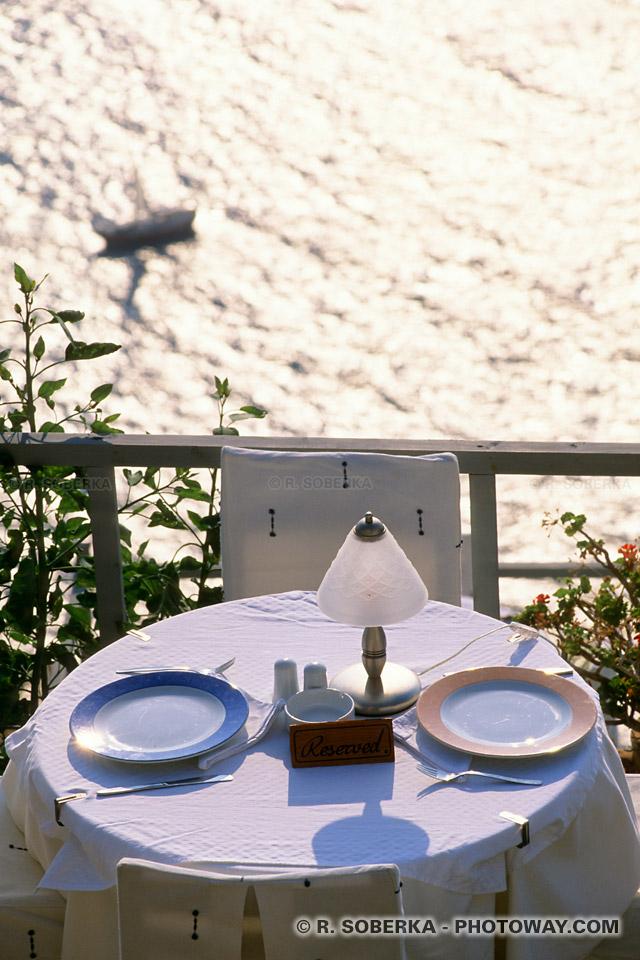 Table de restaurant : Cuisine grecque à Santorin