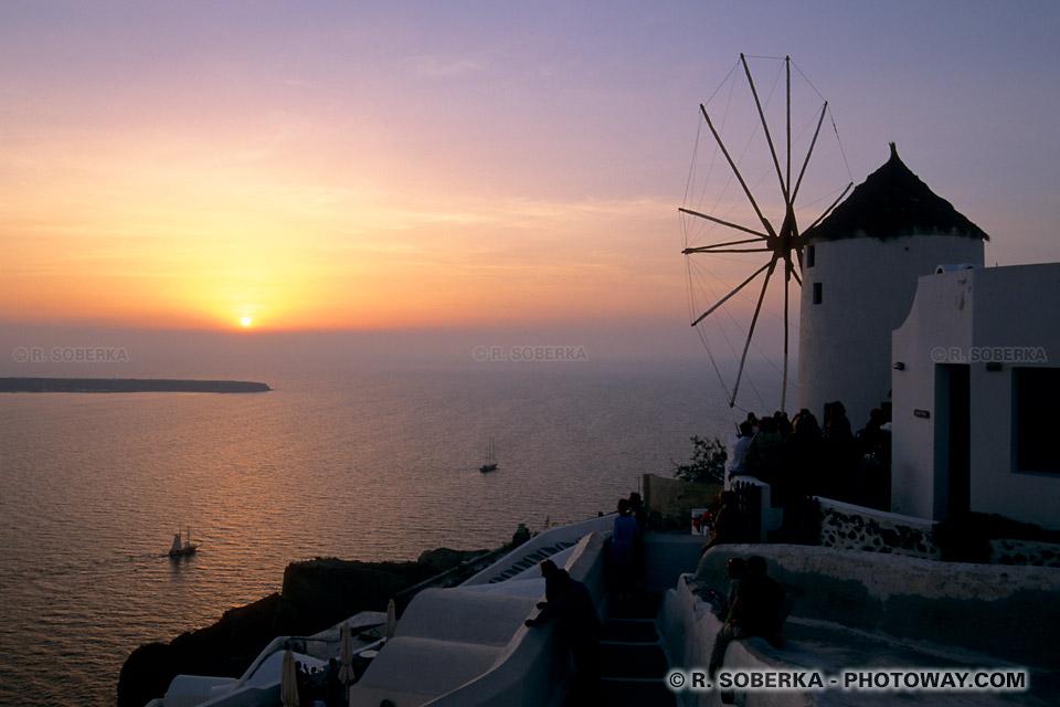 Coucher de soleil sur la mer au moulin de Santorin