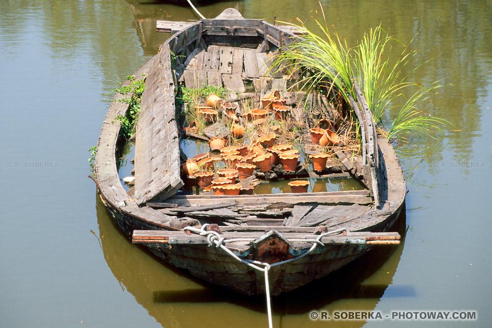 Photo d'une barque coulée en Thaïlande