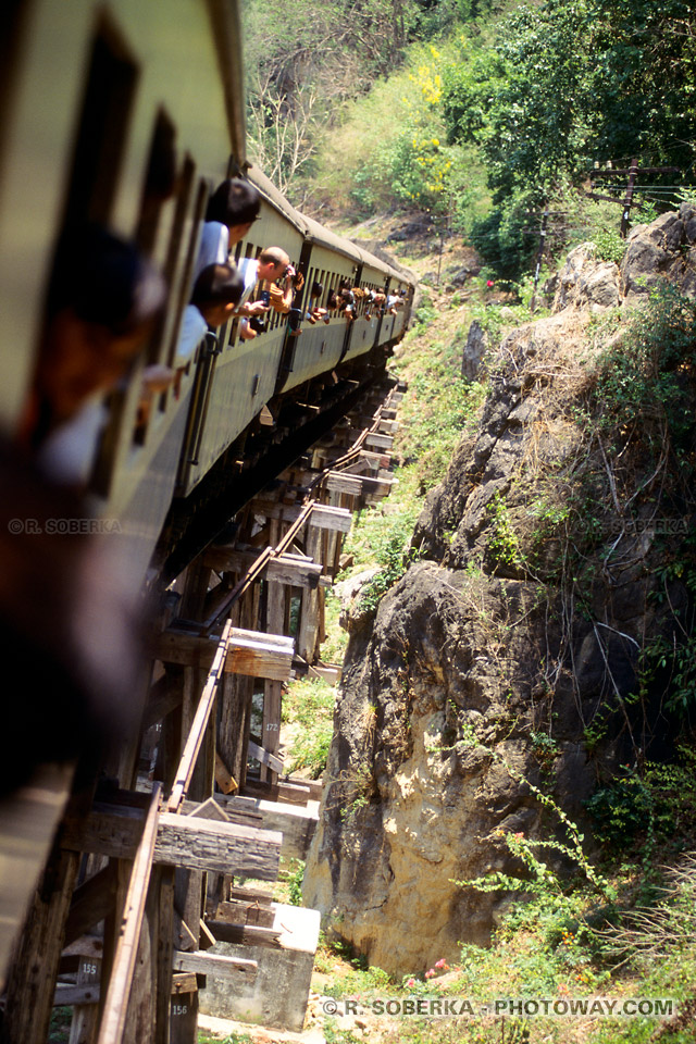 Photos d'un train à la limite du déraillement en Thaïlande