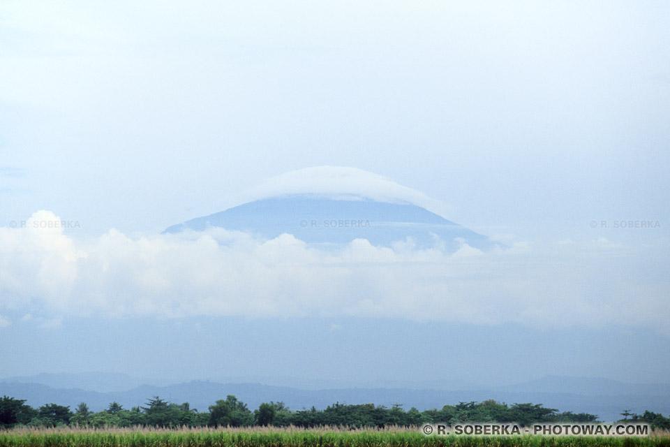 Images des volcans en indonésie recouverts de brumes du petit matin