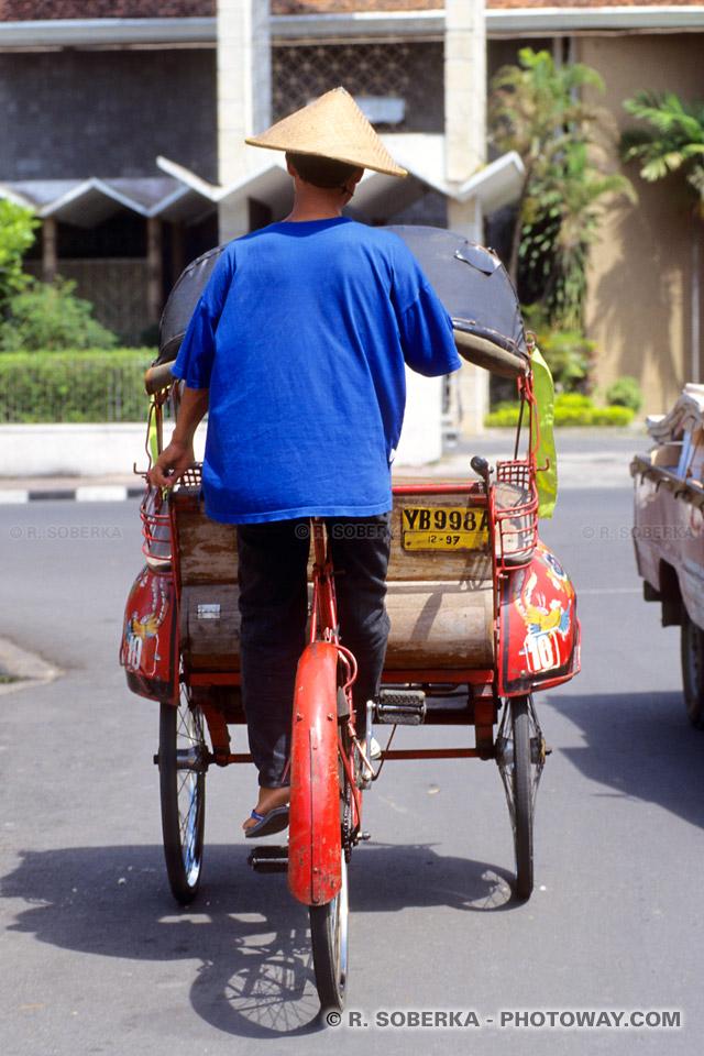 becaks : le moyen de locomotion à Jogjakarta en Indonésie