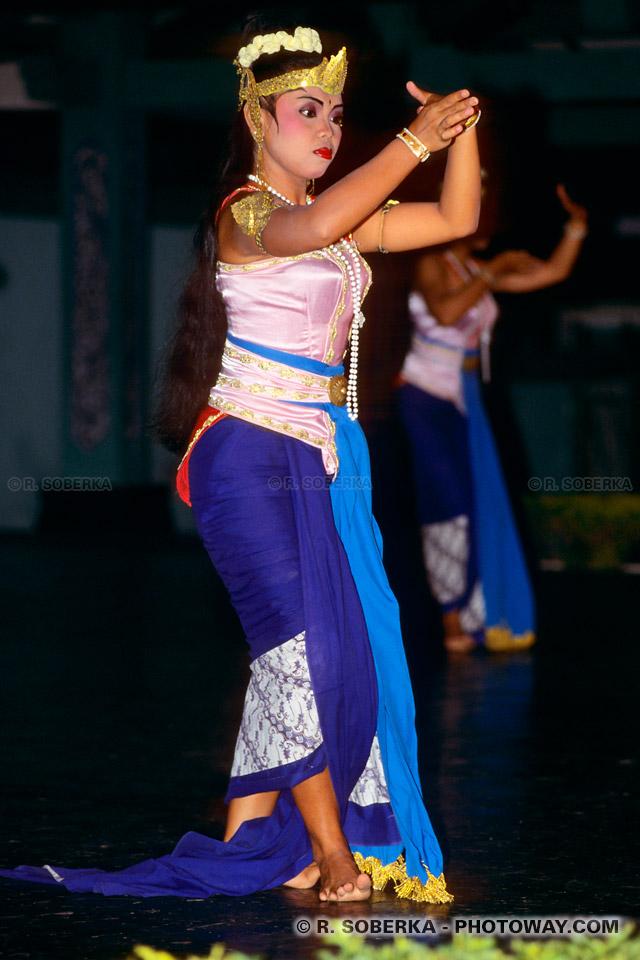 Photos d'une danseuse et de sa robe bleue