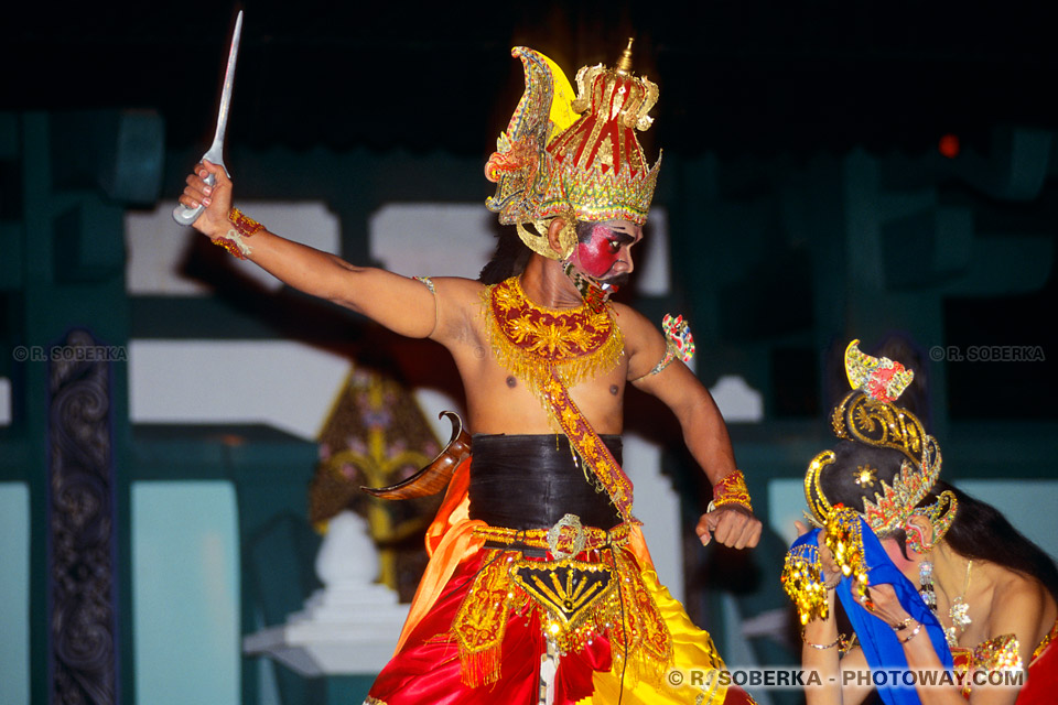 Photos d'une querelle de couple lors du spectacle du Ramayana