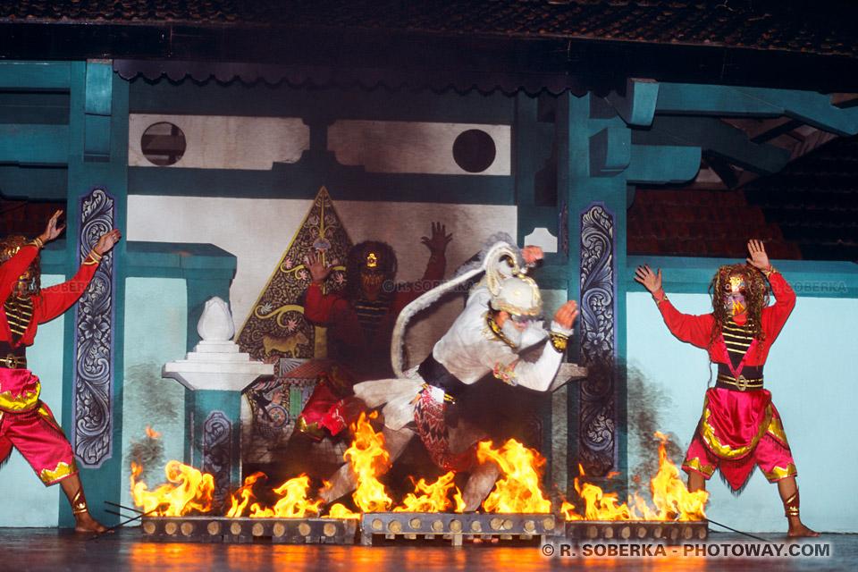 Photo d'un feu en brasier lors du spectable Ramayana