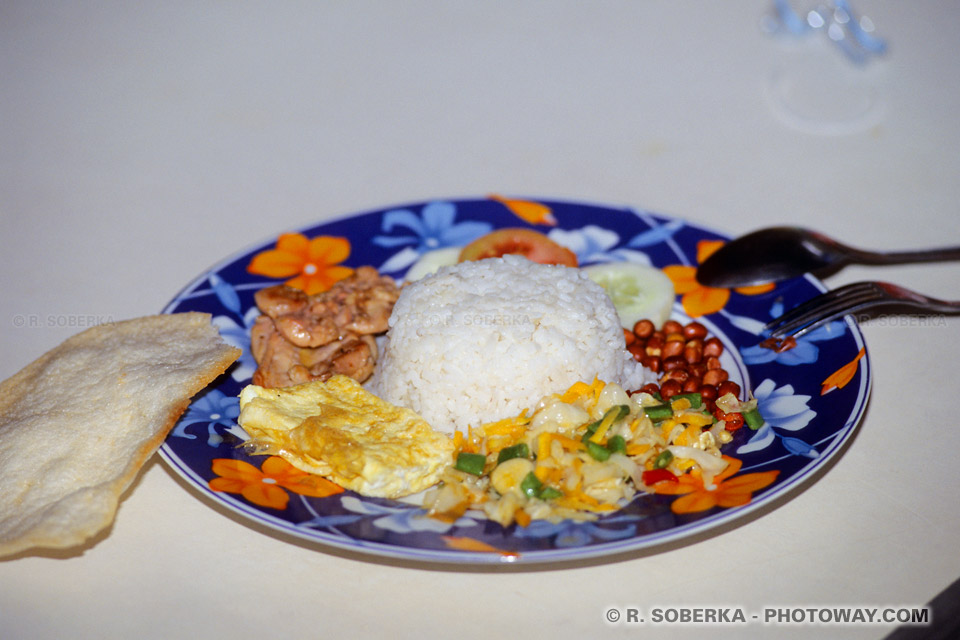 Photo d'un repas traditionel indonésien : le Nasi Rames ou Nasi Goreng