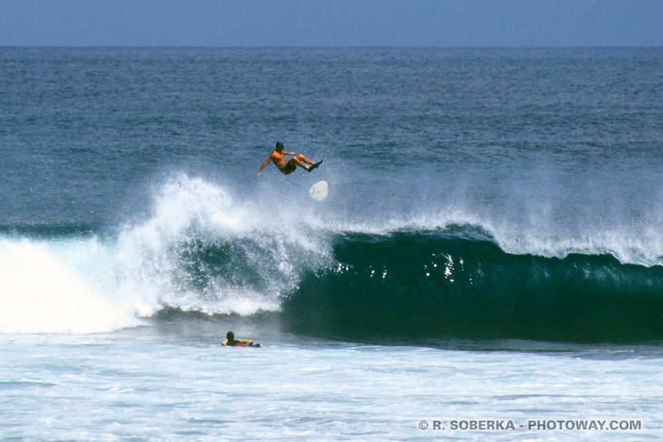 """Photos de surf dans un """"tube"""" de l'océan indien"""