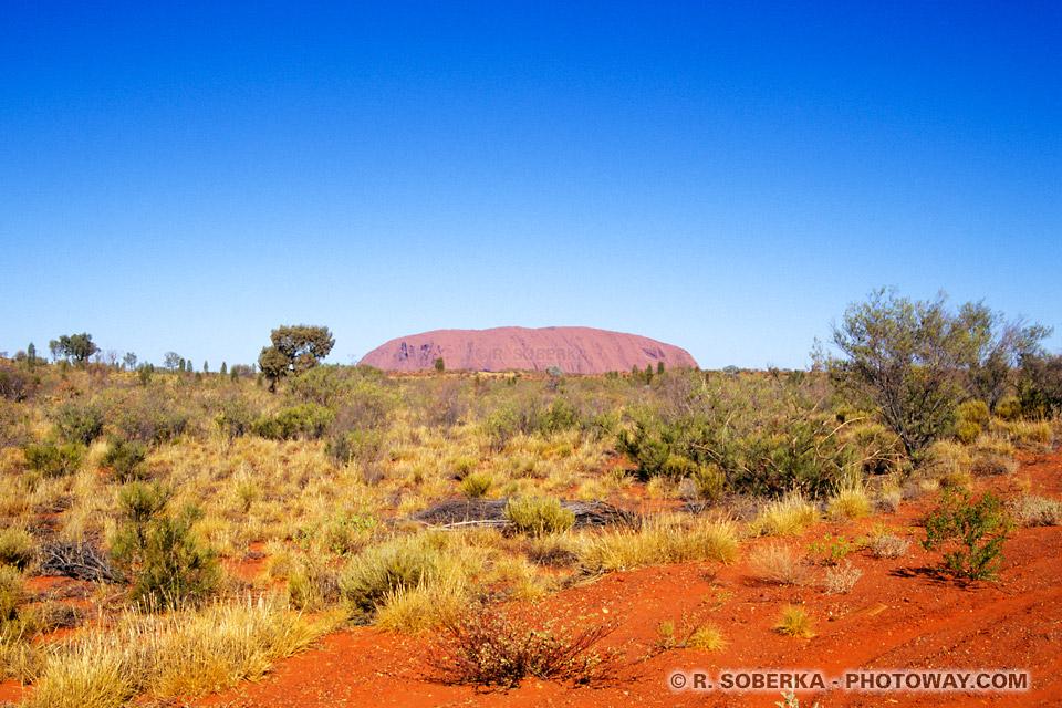 images d'un ciel bleu éléctrique et sol rouge du désert australien