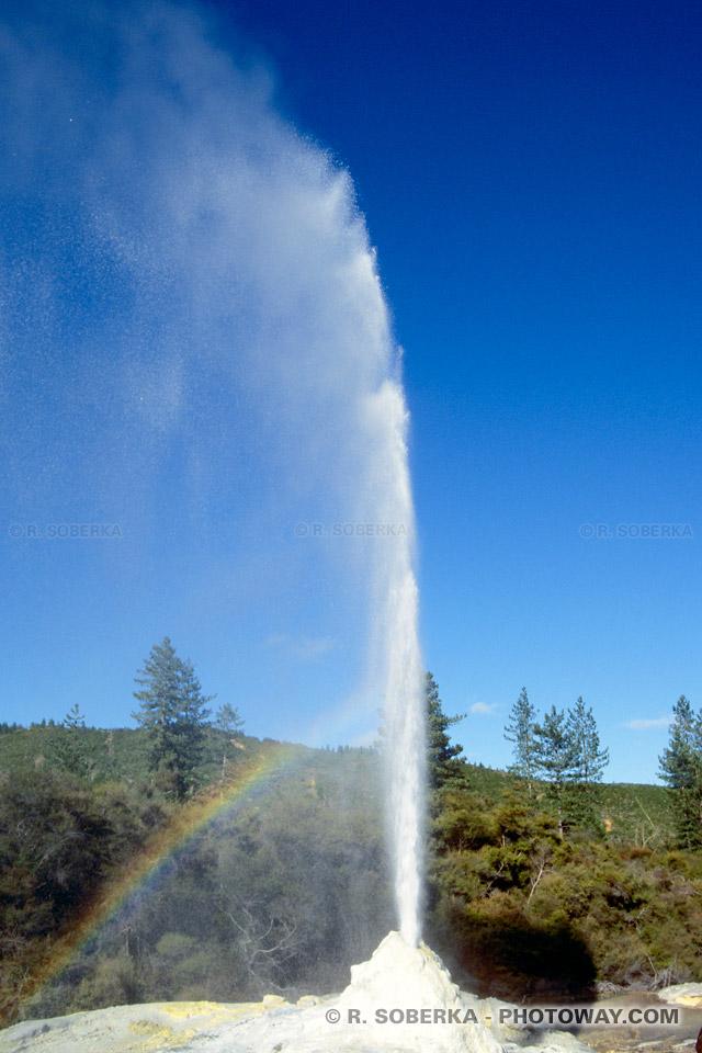 Photo de l'éruption d'un geyser en Nouvelle zélande