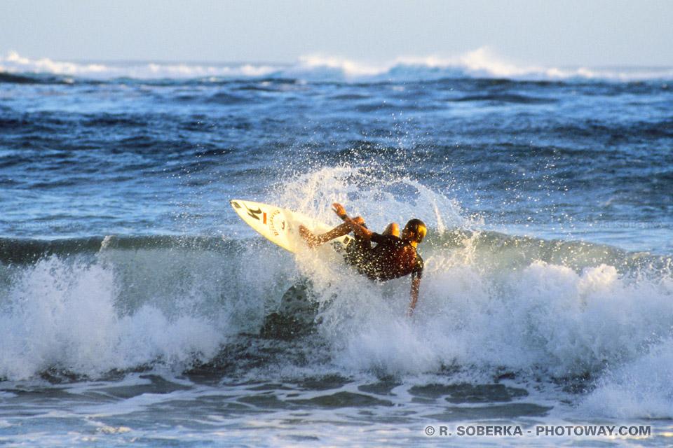 Photo de baignade et surf à Tahiti dans les vagues du Pacifique