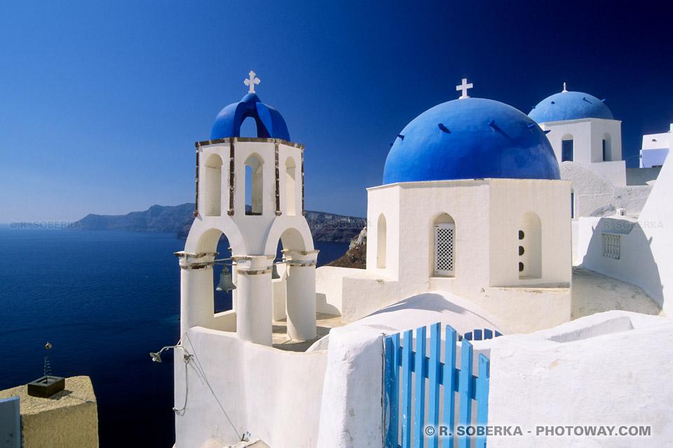 Eglises bleues et blanches sur l'île Santorin
